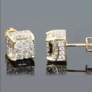 ❤️gorgeous 18K gold  diamond stud earrings